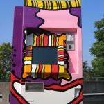 Blonder Fahrscheinautomat mit abrasierten Haaren und Zyklopenauge in Weinheim