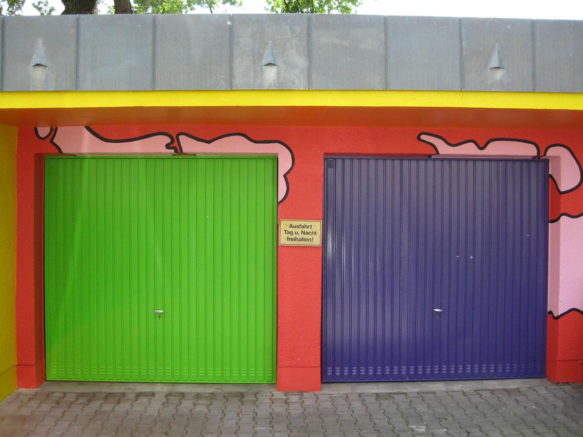 Detailansicht Garagen an der Rückseite des Gebäudes