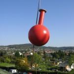 Ein Bommel wird mit dem Autokran zur Montage auf die Kuppel gehoben