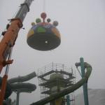 Die Kuppel wird mit einem Autokran auf den Turmschaft gehoben