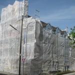 Verhülltes Gebäude während der Entstehung der Bemalung