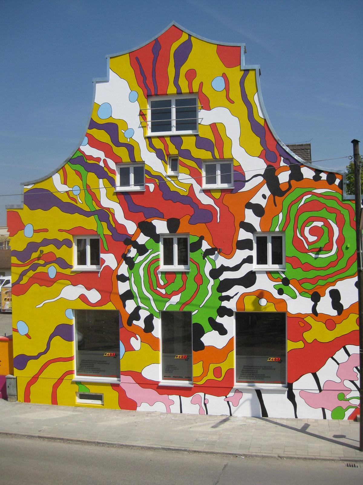 Fassadenkunst mit überdimensionalem, abstrakten Gesicht