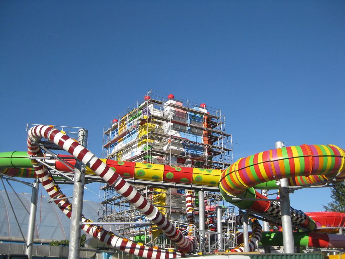 Eingerüsteter Turm mit werkseitig beschichteten Rutschenröhren